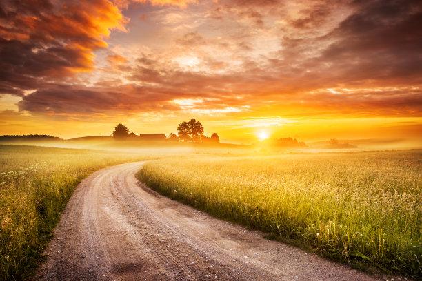 夕阳下的乡村道路