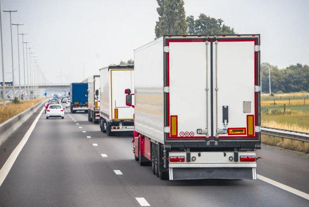 卡车成一排拖车