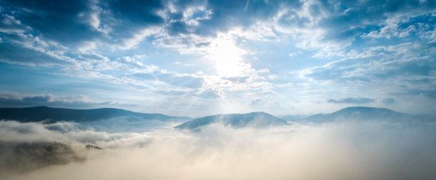 云航拍视角在下面