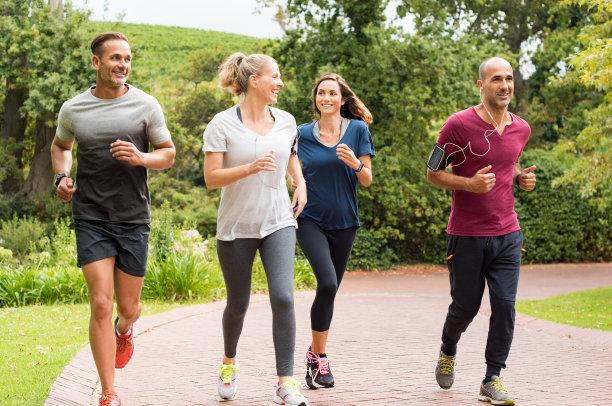 慢跑中老年人图片