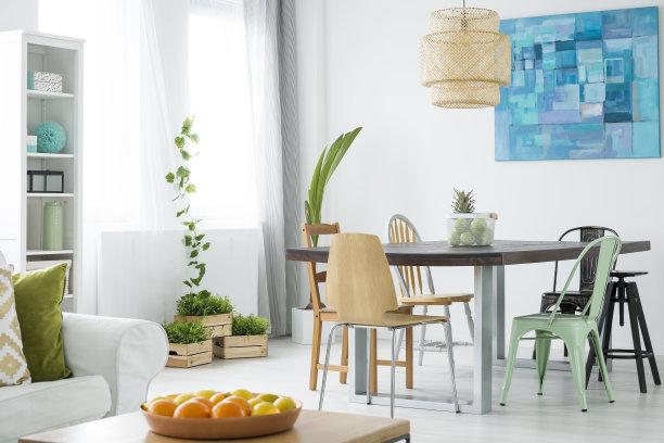 绿色植物和餐桌椅