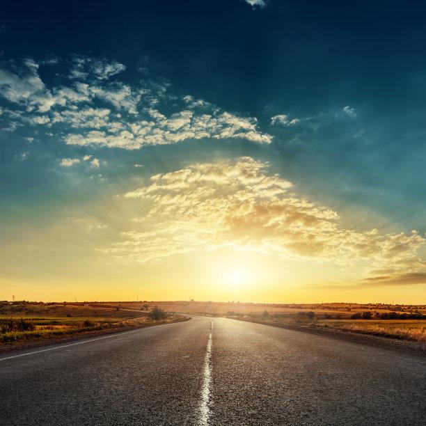 太阳落山的马路