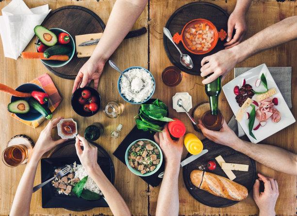 桌上美食俯拍