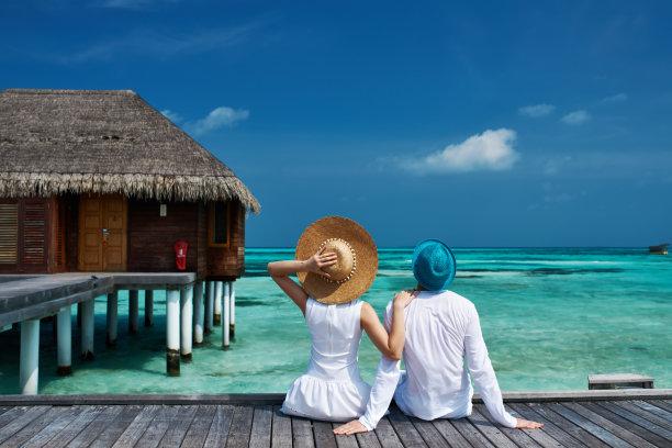 情侣在马尔代夫栈桥码头