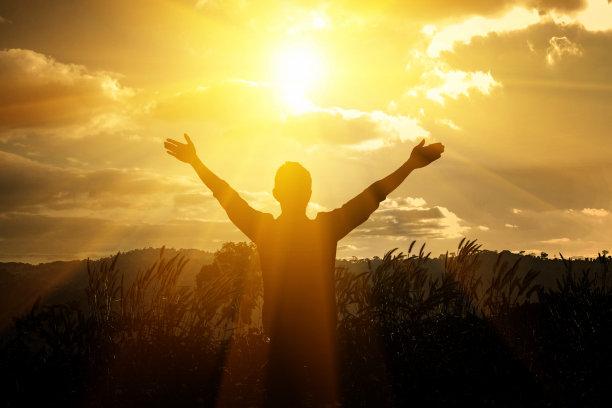 男人拥抱太阳