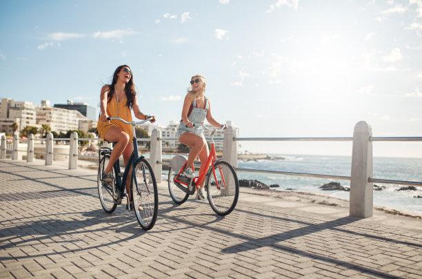 在散步道骑自行车的女人