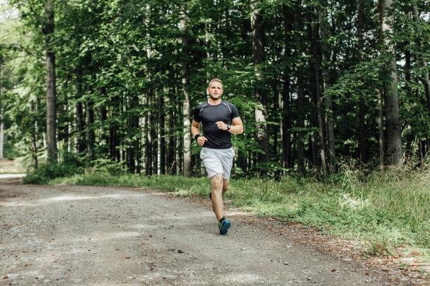 林间小路奔跑