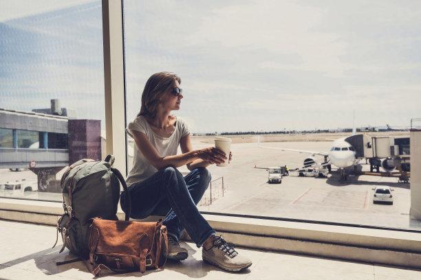 等飞机的女人