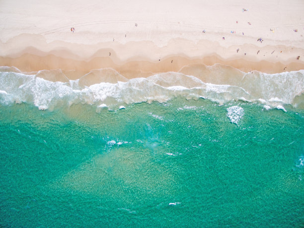 海浪沙滩航拍视角