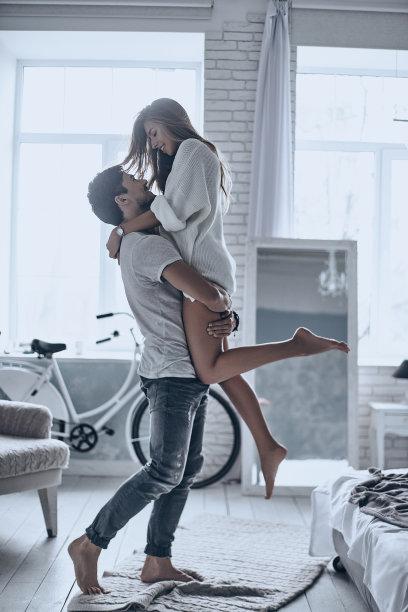 亲密拥抱的情侣