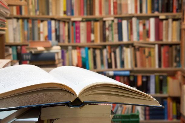 图书馆打开的书