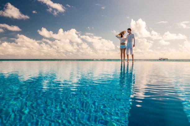 泳池边的情侣