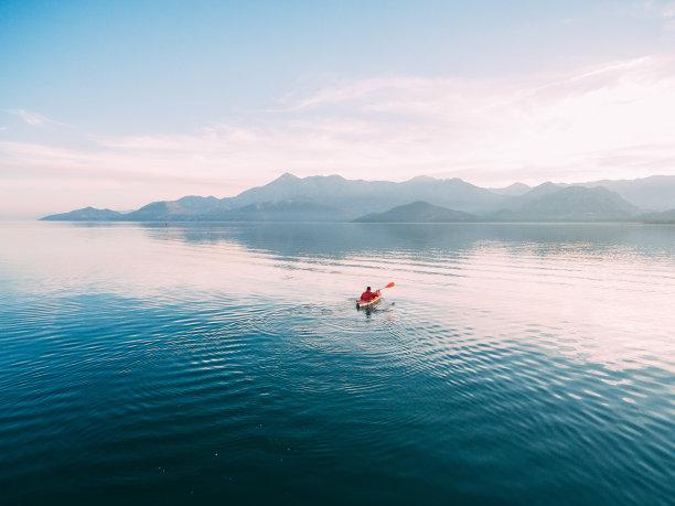 湖面上的皮划艇