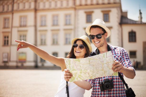 拿着地图的情侣旅行者