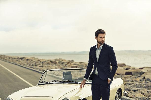 跑车旁的男性商务男模