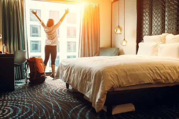 在酒店的背包族