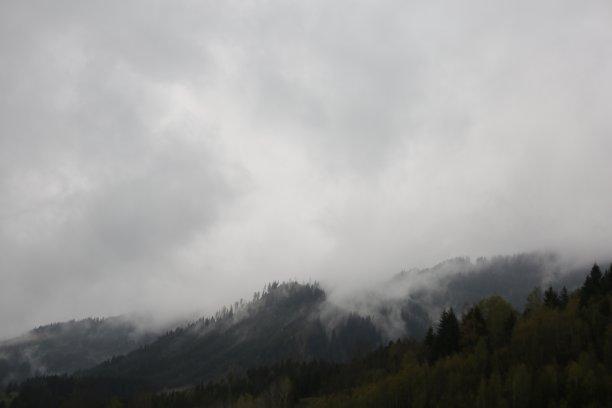 雾阿尔卑斯山脉山