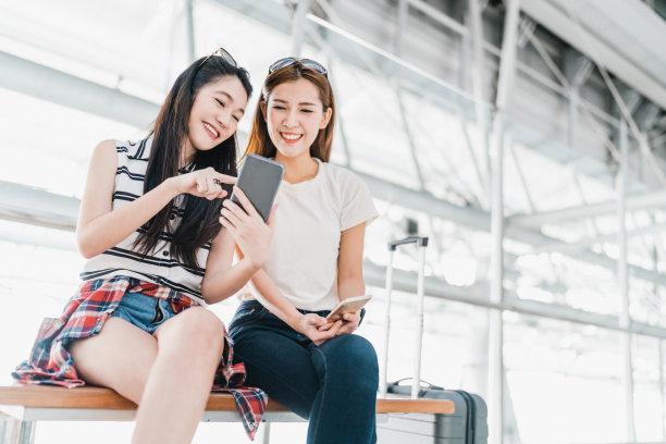 在机场看手机的女人
