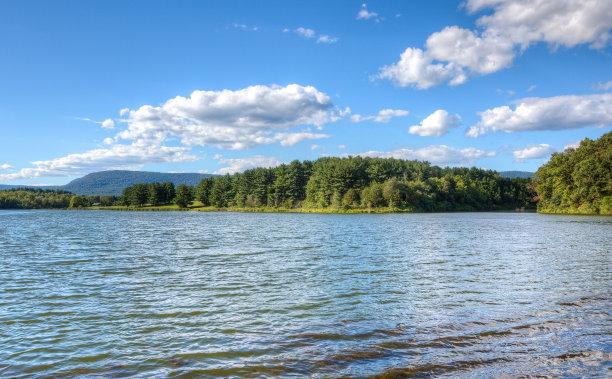 白天的湖面
