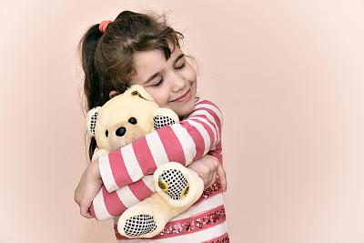 抱泰迪熊的女孩