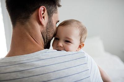拿着女婴父亲