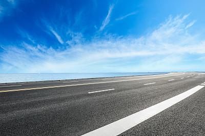蓝天下的柏油马路