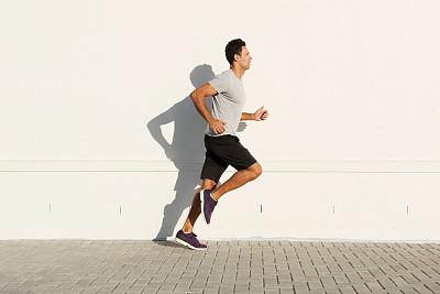 慢跑奔跑的男人