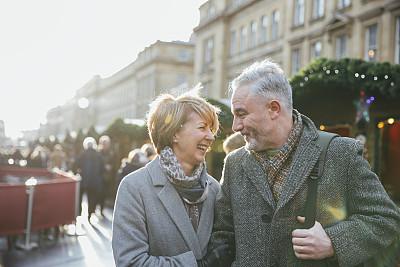 街上的老年伴侣