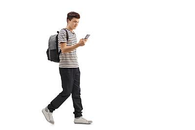 走路玩手机的学生