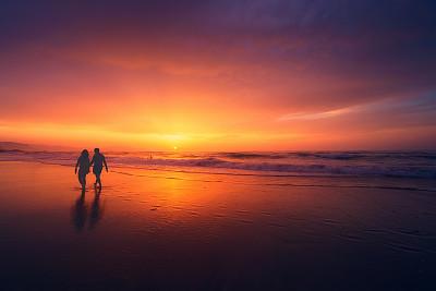 情侣黄昏海边漫步