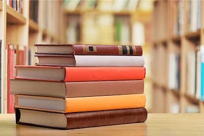 图书馆里的一摞书