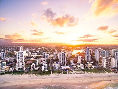 冲浪者天堂海滩航拍视角城市天际线