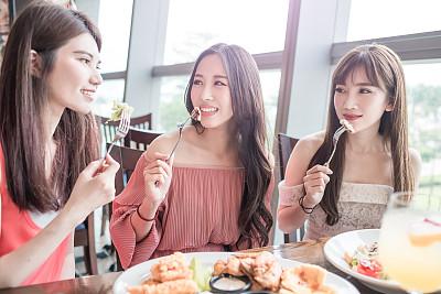 女人餐馆吃饭