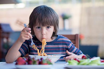 意大利男孩吃细面条