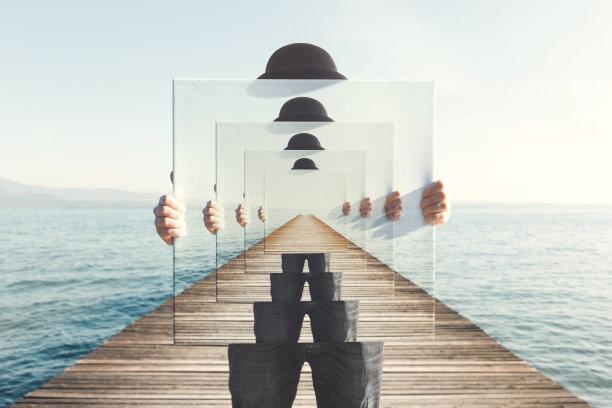 海边拿着相框的男人抽象
