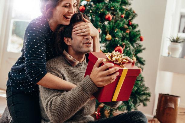 圣诞送惊喜礼物的情侣