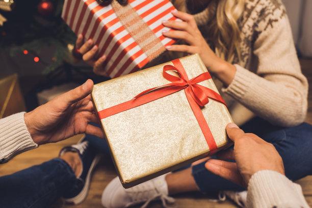 情侣互送礼物
