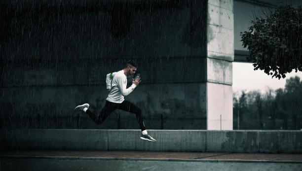 紧迫雨图片