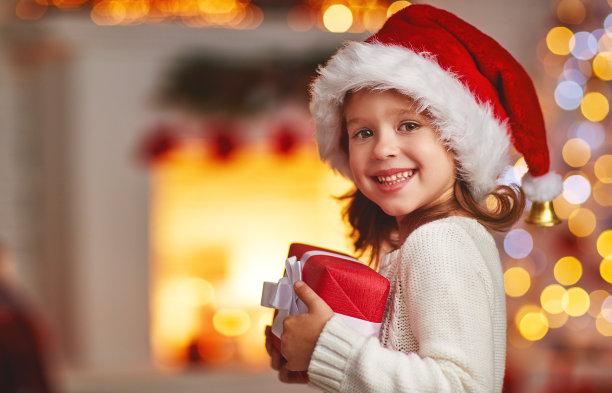 拿着圣诞礼物的女孩