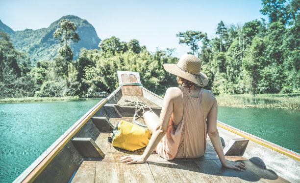 在湖上坐着船的旅行者