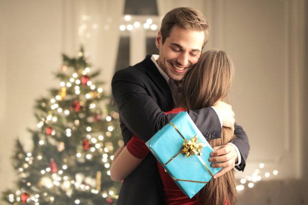 圣诞情侣送礼物拥抱