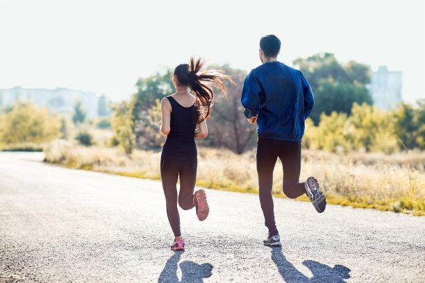 奔跑的情侣