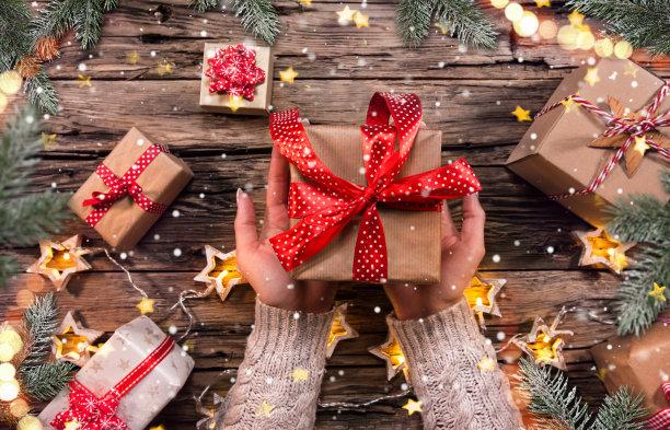 手捧圣诞节礼物