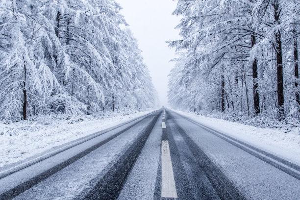 大雪后的柏油马路
