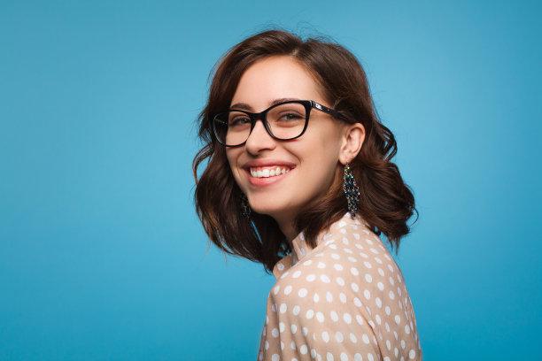 注视镜头眼镜女人