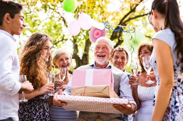 全家为父亲庆祝
