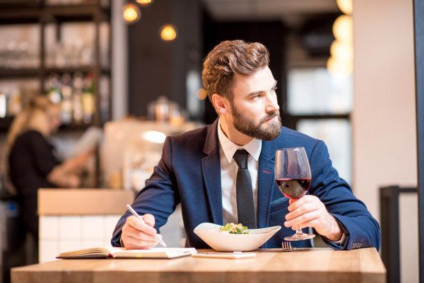 男商人餐馆吃饭