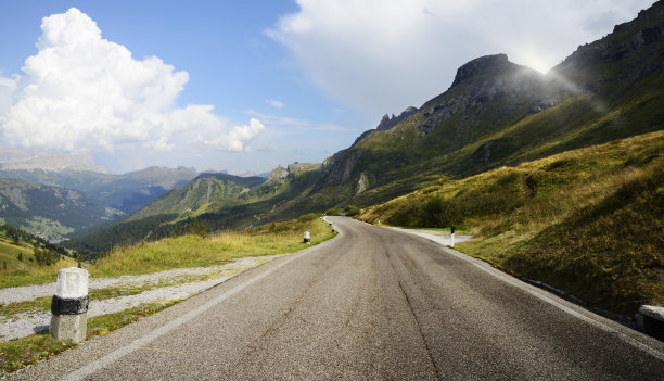 阿尔卑斯山脉山路正面视角