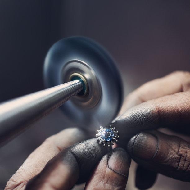 擦亮戒指珠宝