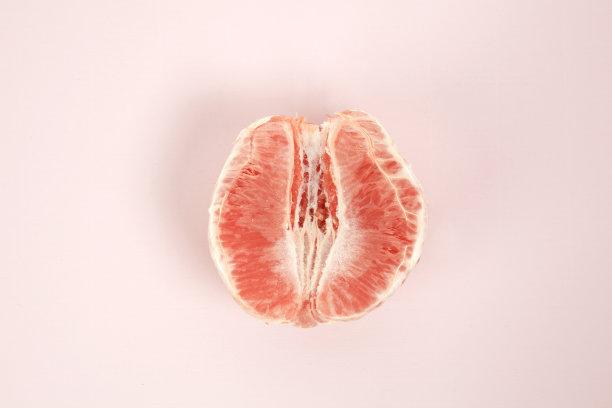 葡萄柚去皮的一半的